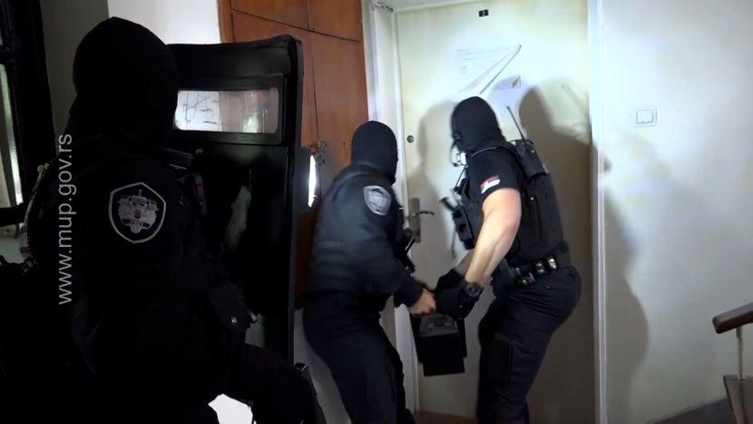 """被列為失踪的德克斯特集體被捕視頻:警察破門而入,大喊""""躺下"""""""